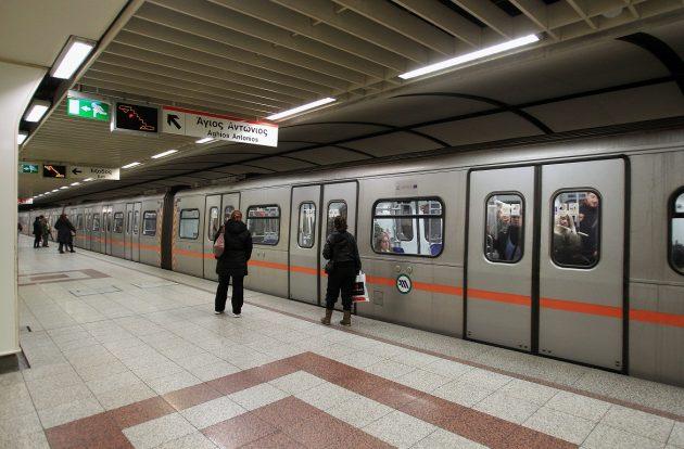 Επιβάτες μετακινούνται με τους συρμούς του μετρό στην πλατεία Συντάγματος, Αθήνα, Παρασκευή 25 Ιανουαρίου 2013. Ξεκίνησαν τα πρώτα δρομολόγια των συρμών του μετρό, ηλεκτρικού σιδηροδρόμου και τραμ μετά την επιστράτευση του προσωπικού του μετρό, καθώς και την επίταξη της χρήσης των ακινήτων και κινητών της «Αττικό Μετρό Α.Ε.» και της «ΣΤΑΣΥ Α.Ε.». ΑΠΕ-ΜΠΕ/ΑΠΕ-ΜΠΕ/ΣΥΜΕΛΑ ΠΑΝΤΖΑΡΤΖΗ
