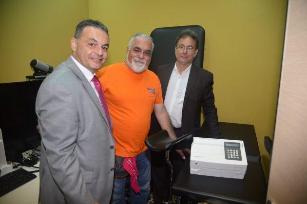 Στο αναβαθμισμένο Περιφερειακό Ιατρείο της Νισύρου, ο εκπρόσωπος της Menarini Hellas, κ. Μανώλης Μάκρας με τον εκπρόσωπο της «Ομάδας Αιγαίου» και τον δήμαρχο του νησιού κ. Χριστοφή Κορωναίο.
