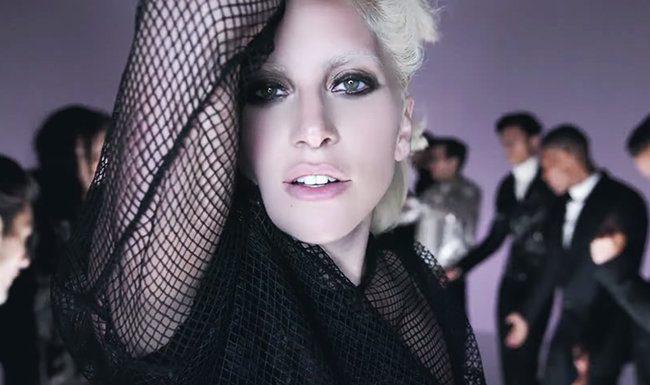 Η Lady Gaga παρουσιάζει τα νέα ρούχα του Τom Ford 33263db7477