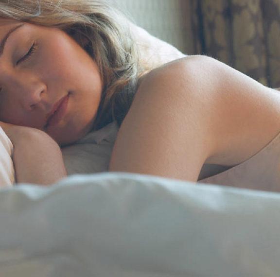 Το μυστικό για καλό ύπνο είναι να βουρτσίζετε τα δόντια σας στο σκοτάδι