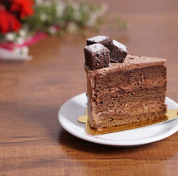εύκολη-τούρτα-σοκολάτα-με-βάση-από-μπι