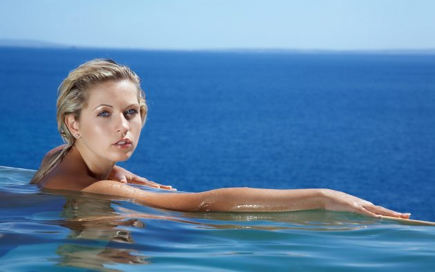 girl_sea_swimming_face_blonde_69409_3840x2400