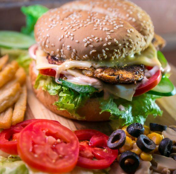 νόστιμο-μεξικάνικο-burger-με-κοτόπουλο-με-π