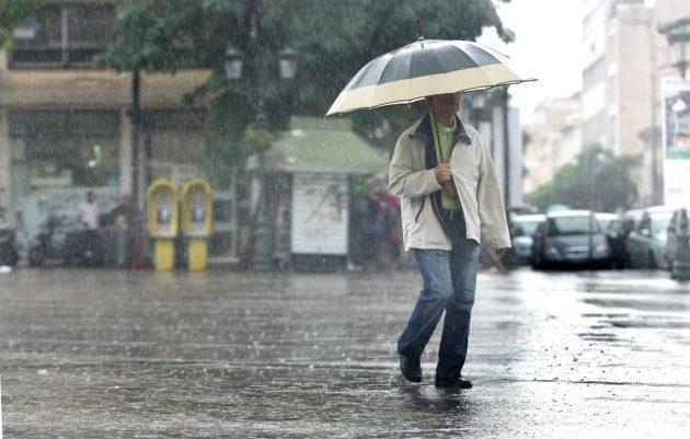 Πολίτες περπατούν στους δρόμους της Αθήνας προσπαθώντας να προστατευτούν από την δυνατή βροχή , Δευτέρα 10 Οκτωβρίου 2011. ΑΠΕ-ΜΠΕ/ΑΠΕ-ΜΠΕ/ΑΛΕΞΑΝΔΡΟΣ ΒΛΑΧΟΣ