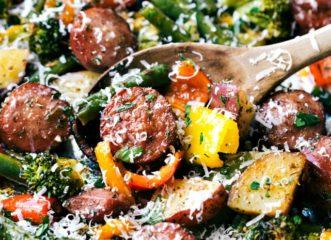 συνταγή-τουρλού-φούρνου-με-λουκάνικα