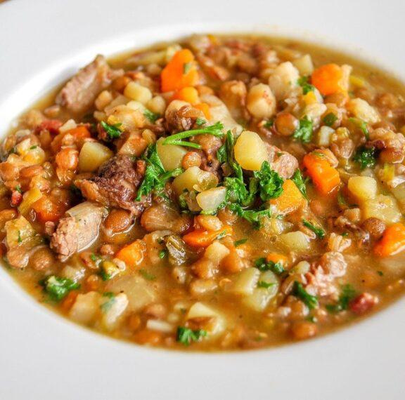 πικάντικη-σούπα-με-φακές-λαχανικά-και