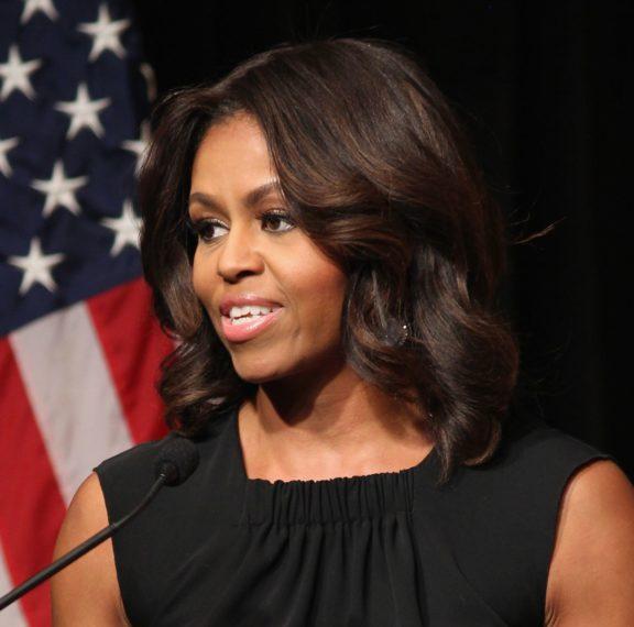 h-michelle-obama-βγάζει-φωτογραφία-αφήνοντας-τα-μα
