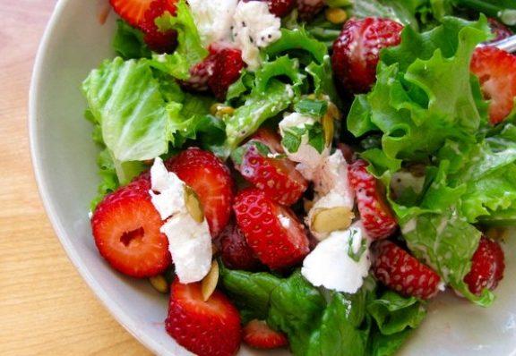 ανοιξιάτικη-σαλάτα-με-φράουλες
