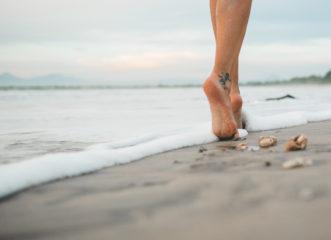 Σε ενοχλεί η άμμος στα πόδια; Αυτό είναι το απόλυτο κόλπο για να τη διώξεις!