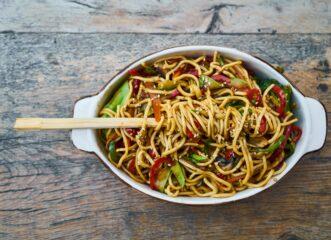 εύκολη-και-υγιεινή-σαλάτα-με-noodles-και-πιπε