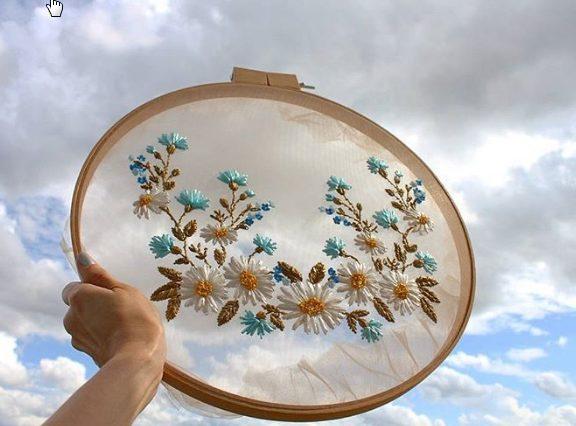 καλλιτέχνιδα-φτιάχνει-λουλουδάτα-αν
