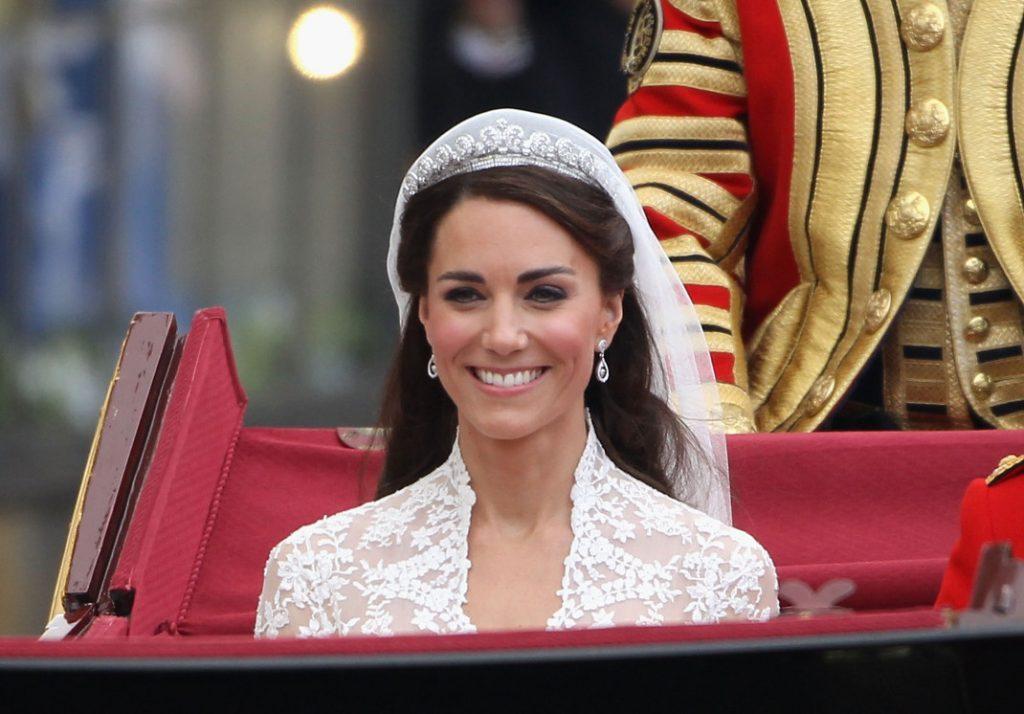 2925c8acb7bd Ο λόγος είναι ότι τo βασιλικό πρωτόκολλο δεν επιτρέπει σε γυναίκες του  παλατιού να φορέσουν στέμμα πριν από τον γάμο