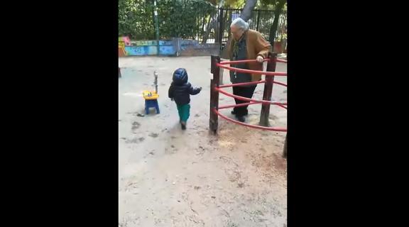 στην-παιδική-χαρά-με-τον-γιο-του-ο-κώστα
