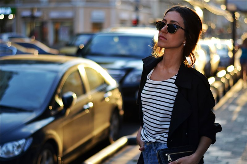 6452ad96edae Διαλέξαμε τα πιο μοντέρνα ριγέ μπλουζάκια που δεν βγαίνουν ποτέ εκτός μόδας