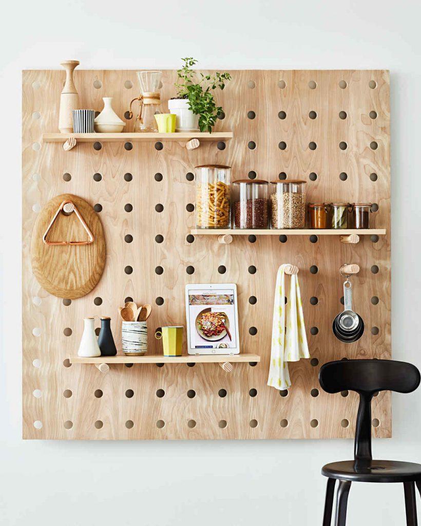 157496a0ae0c Ένα ξύλινο πάνελ με ράφια στον τοίχο για τα μπαχαρικά και άλλα αντικείμενα  θα σας βγάλει ασπροπρόσωπες!