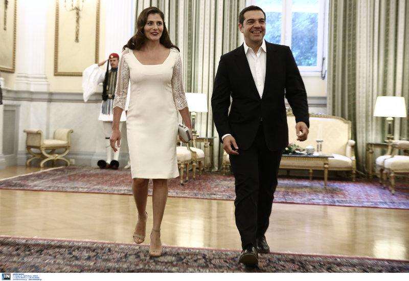 abc3fb25f3e3 Φορώντας ένα λευκό midi φόρεμα με δαντέλα στα μανίκια, συνόδευσε τον Αλέξη  Τσίπρα και κατάφερε να συγκεντρώσει όλα τα φλας πάνω της! Το σύνολο  ολοκλήρωσε με ...