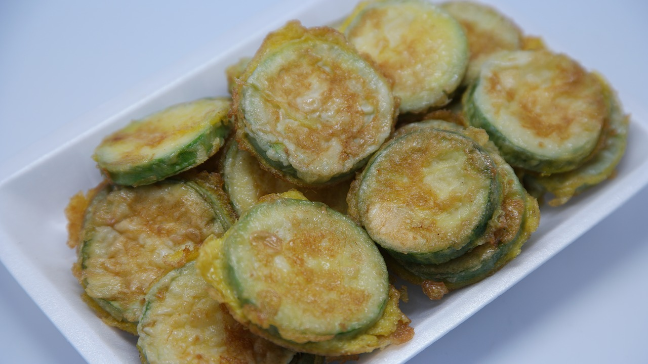 Το απόλυτο καλοκαιρινό ορεκτικό: Τσιπς κολοκυθιού στο φούρνο με σως γιαουρτιού