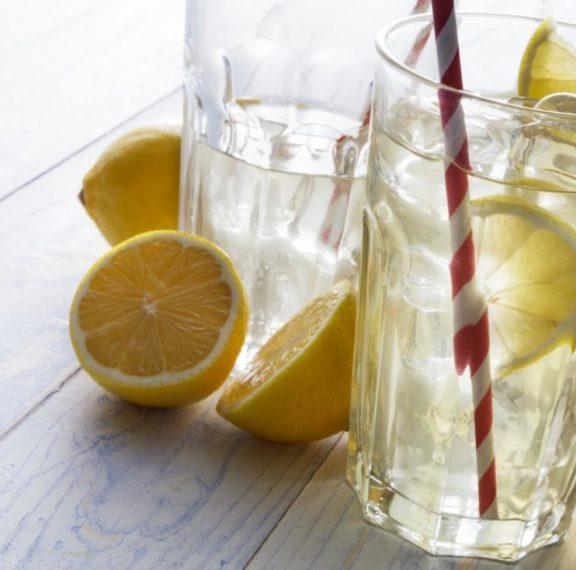 εάν-πίνω-νερό-με-λεμόνι-θα-χάσω-πιο-εύκο