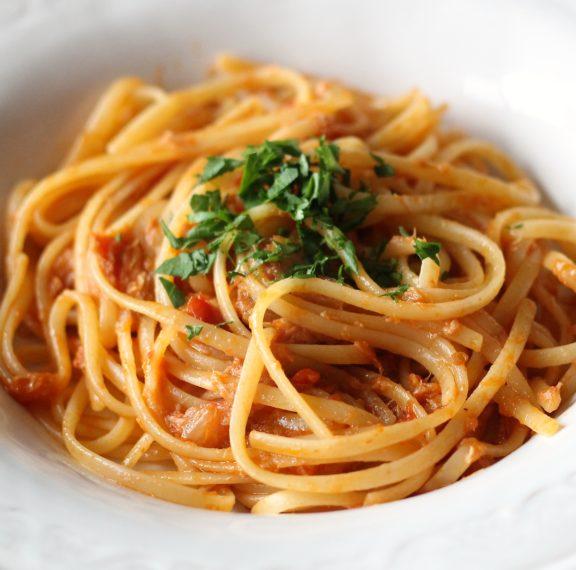 καλοκαιρινή-μακαρονάδα-με-σάλτσα-τόν