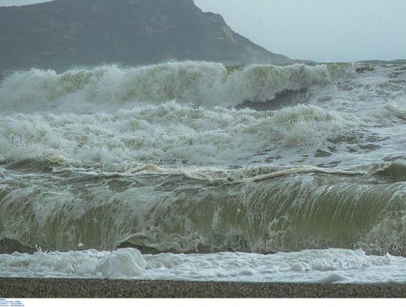 surfing-στα-κύματα-με-τον-ζορμπά-να-πλησιάζ