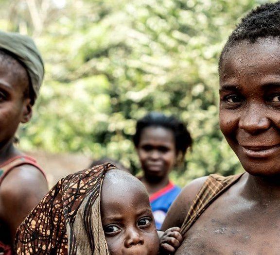 ένα-μωρό-από-την-αφρική-προσπαθεί-να-θη