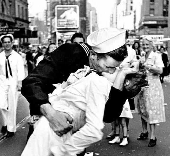 έσβησε-το-πιο-διάσημο-φιλί-στον-κόσμο