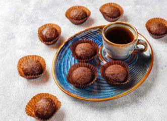 Φτιάχνουμε στο πι και φι σπιτικά τρουφάκια σοκολάτας μόνο με 3 υλικά - Δεν χρειάζονται ψήσιμο!