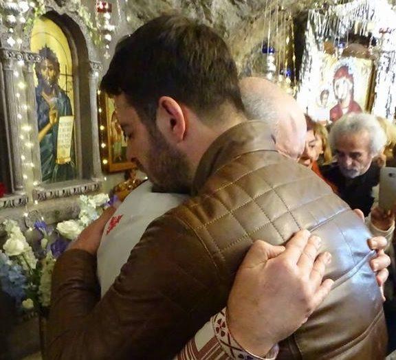 γιώργος-αγγελόπουλος-αγκαλιά-με-το-έπ