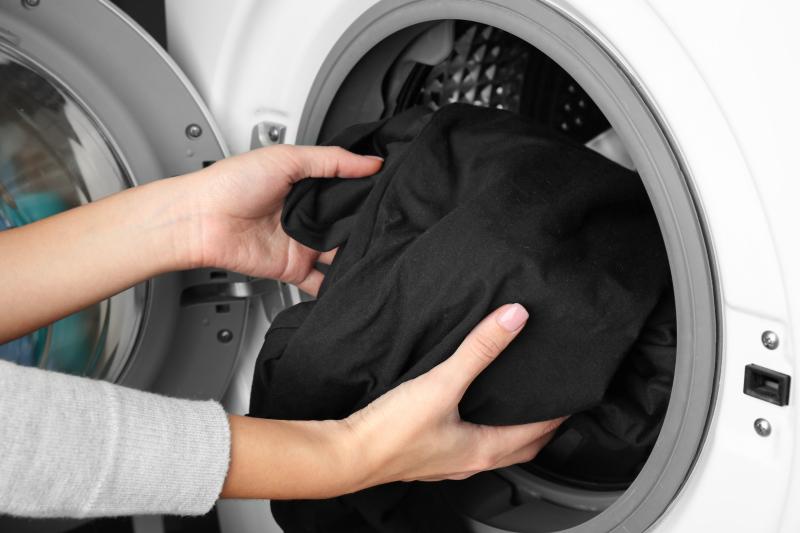 08c774cdfff1 Το μυστικό για να διατηρήσετε τα αγαπημένα σας μαύρα ρούχα σαν κανούργια