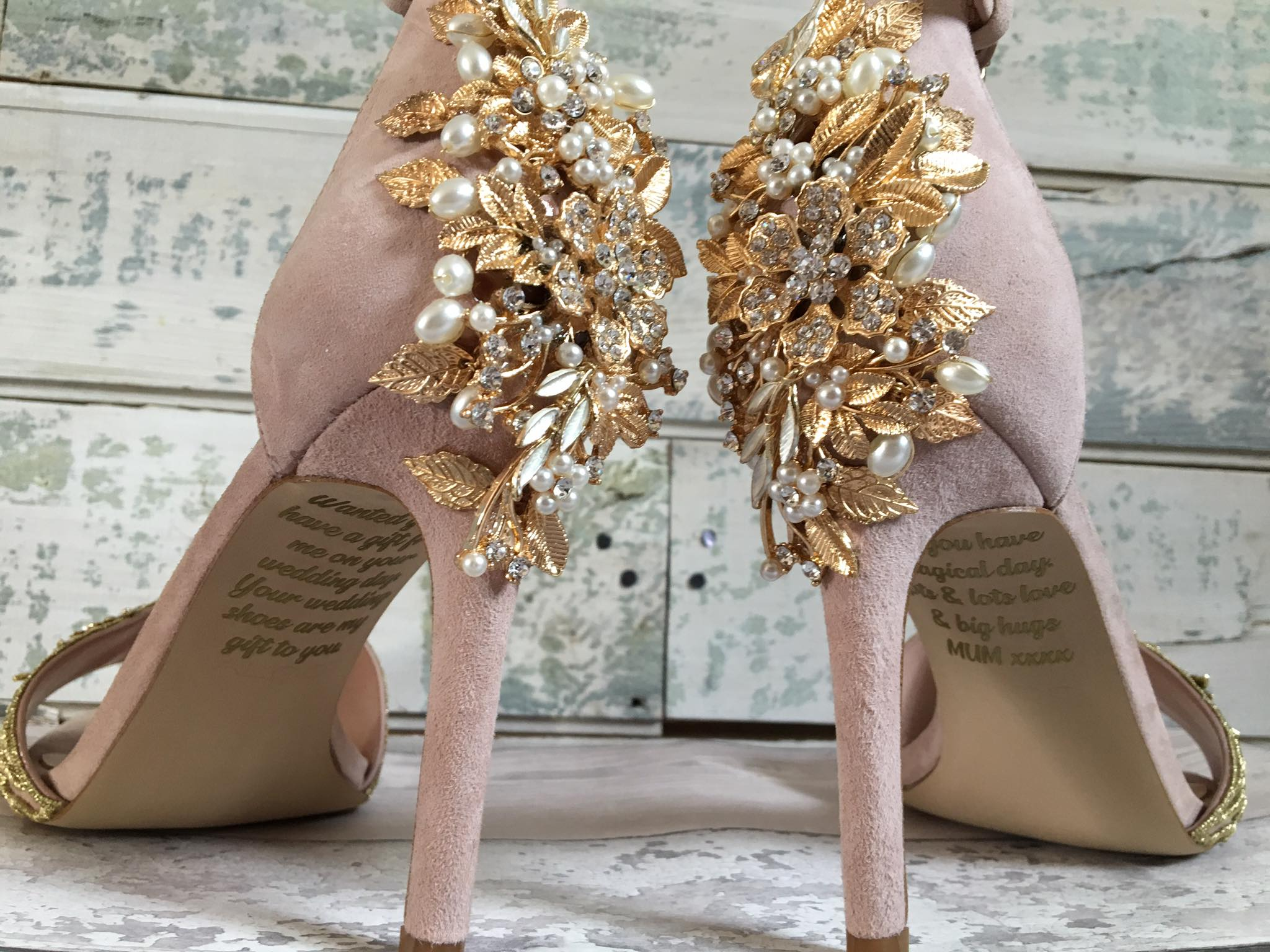 fba19540191 Το κρυφό μήνυμα στα νυφικά παπούτσια αυτής της γυναίκας θα σας κάνει ...