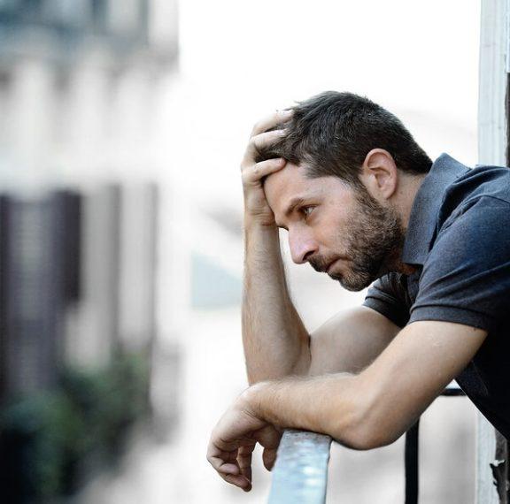Οι ενοχές που «κουβαλούν» οι άντρες από την παιδική ηλικία και οι επιπτώσεις στην υγεία τους
