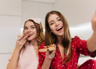 Διατροφολόγος αποκαλύπτει τι δεν πρέπει να τρώτε για να κοιμάστε καλύτερα το βράδυ