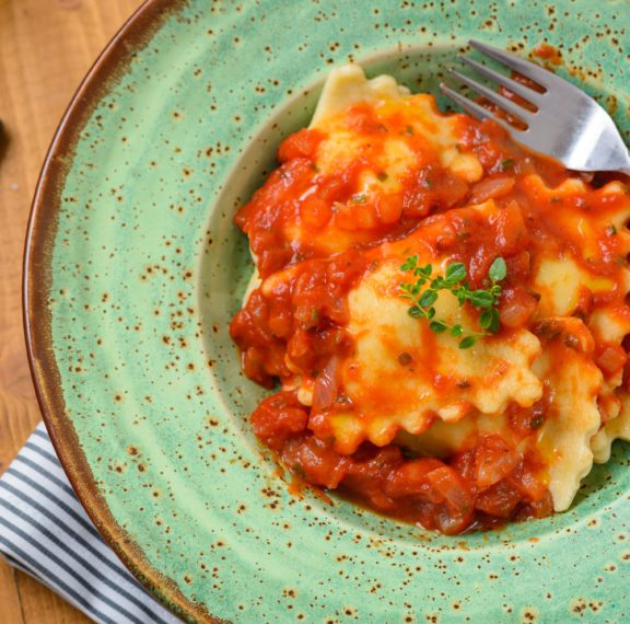 ραβιόλια-στο-φούρνο-με-σάλτσα-ντομάτα