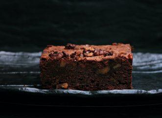 Εύκολη συνταγή για brownies με σοκολάτα και φουντούκια