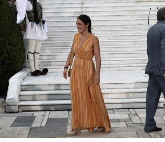 576bf33a81a Προεδρικό Μέγαρο: Τι φόρεσαν οι κυρίες στη δεξίωση για την αποκατάσταση της  Δημοκρατίας (εικόνες)