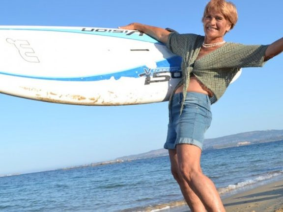 h-81χρονη-surfer-αναστασία-γερολυμάτου-μπήκε