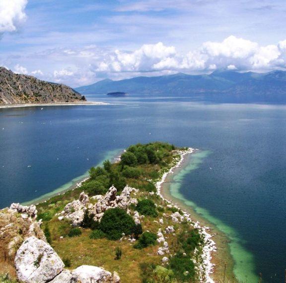 αυτή-η-ελληνική-λίμνη-βρίσκεται-στη-λί