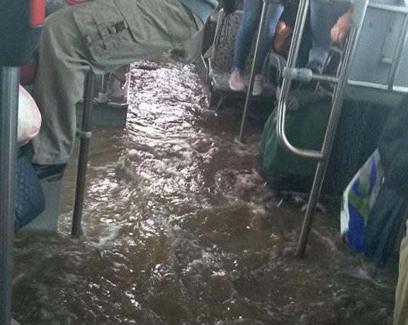 Ελλάς το μεγαλείο σου! Λεωφορείο πλημμύρισε και οι επιβάτες κρέμονταν για να μη βραχούν (βίντεο)
