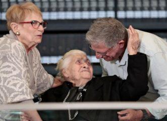 συγκίνηση-η-92χρονη-μελπομένη-ντίνα-γνώ