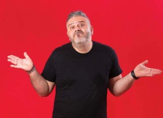 made-in-cyprus-ο-κορυφαίος-stand-up-comedian-της-κύπρου-σε-πε