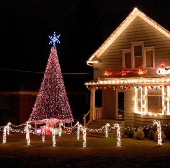 Νέα μόδα λόγω κορωναϊού: Στολίζουν με χριστουγεννιάτικα φώτα τα σπίτια τους