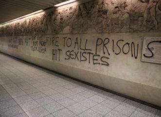 επίθεση-κουκουλοφόρων-στο-μετρό-ακρό