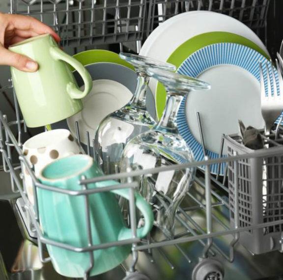 πλύσιμο-πιάτων-στο-πλυντήριο-ή-στο-χέρ