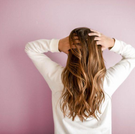 κορωνοϊός-πρέπει-να-πλένουμε-τα-μαλλι