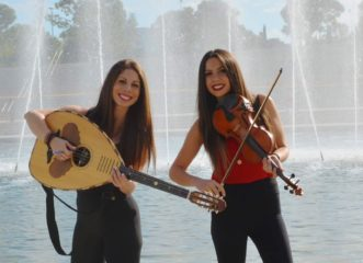 αυτές-οι-δύο-νεαρές-αδελφές-διασκεδάζ