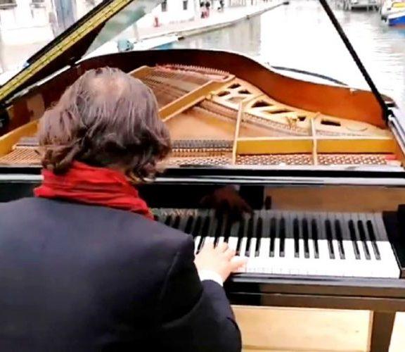ένας-πιανίστας-δίνει-ξανά-φωνή-στα-κ