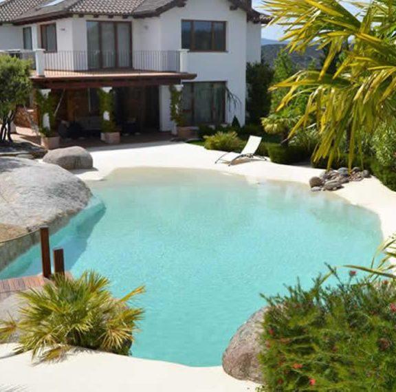Πώς θα σας φαινόταν αν φτιάχνατε σπίτι σας μια πισίνα όμοια με αμμουδερή παραλία; Ναι, γίνεται