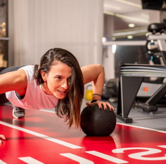 μία-exclusive-trainer-μάς-δείχνει-απλές-ασκήσεις-για
