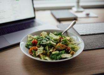 Καλοκαιρινή και απόλυτα δροσιστική σαλάτα με κριθαράκι και μπρόκολο