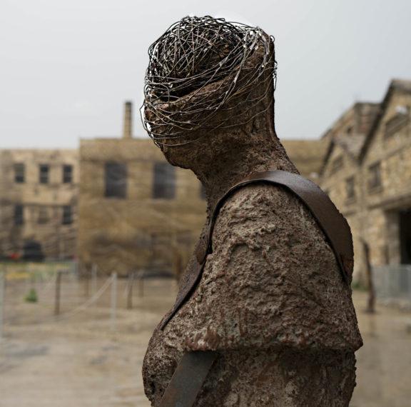 Άνθρωποι- γλυπτά στέκουν στον χρόνο στο Παλαιό Ελαιουργείο Ελευσίνας